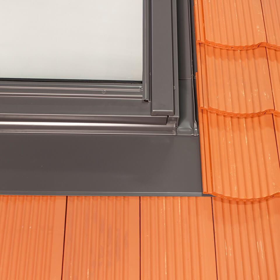 tile flashing for interlocking flat tiles