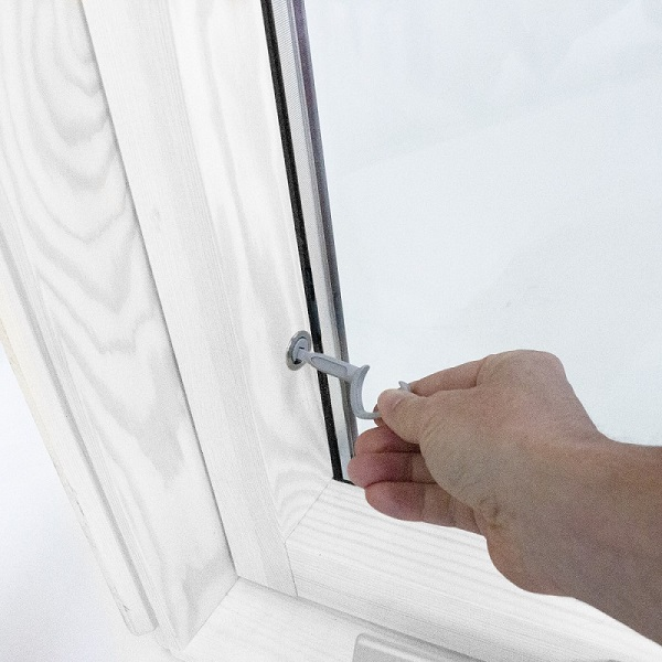 Locking a secure window