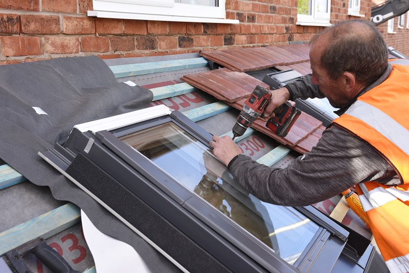 Replacing a roof window